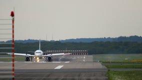 Aeroplano che frena dopo l'atterraggio archivi video