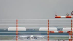 Aeroplano che frena dopo l'atterraggio al tempo piovoso video d archivio