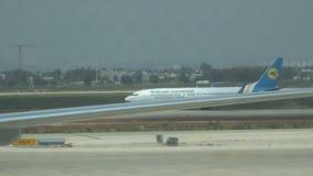 Aeroplano che prepara decollare all'aeroporto Aeroplano internazionale delle vie aeree di UIA Ucraina 15 04 Tel Aviv 2018 stock footage