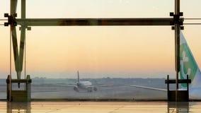 Aeroplano che prepara decollare nell'aeroporto internazionale di Barcellona video d archivio