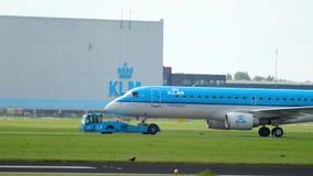 Aeroplano che rimorchia al servizio stock footage