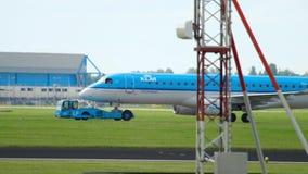 Aeroplano che rimorchia al servizio archivi video
