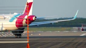 Aeroplano che rulla all'inizio stock footage