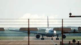 Aeroplano che rulla dopo l'atterraggio video d archivio