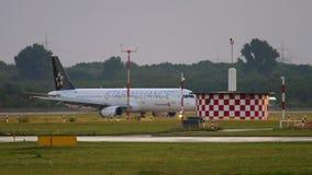 Aeroplano che rulla dopo l'atterraggio stock footage