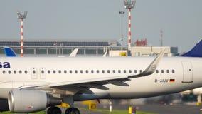 Aeroplano che rulla prima della partenza stock footage