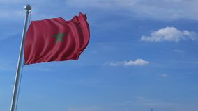 Aeroplano che sorvola bandiera d'ondeggiamento del Marocco archivi video