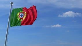 Aeroplano che sorvola bandiera d'ondeggiamento del Portogallo stock footage