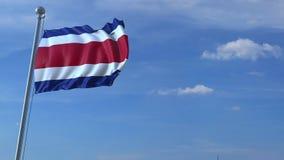 Aeroplano che sorvola bandiera d'ondeggiamento di Costa Rica stock footage