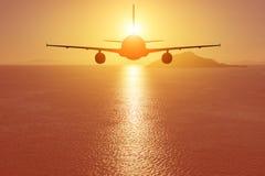 Aeroplano che sorvola il mare al tramonto concetto di corsa fotografia stock libera da diritti