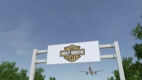 Aeroplano che sorvola il tabellone per le affissioni di pubblicità con Harley-Davidson, inc marchio 3D editoriale che rende clip  archivi video