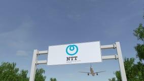 Aeroplano che sorvola il tabellone per le affissioni di pubblicità con il Giappone Telegraph e logo del NTT di Telephone Corporat royalty illustrazione gratis
