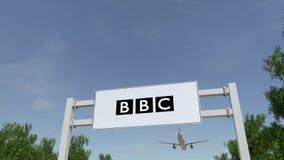 Aeroplano che sorvola il tabellone per le affissioni di pubblicità con il logo britannico di BBC dell'emittente 3D editoriale che archivi video