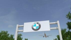 Aeroplano che sorvola il tabellone per le affissioni di pubblicità con il logo di BMW 3D editoriale che rende clip 4K archivi video