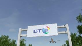 Aeroplano che sorvola il tabellone per le affissioni di pubblicità con il logo di BT Group 3D editoriale che rende clip 4K illustrazione di stock