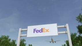 Aeroplano che sorvola il tabellone per le affissioni di pubblicità con il logo di Fedex 3D editoriale che rende clip 4K illustrazione vettoriale