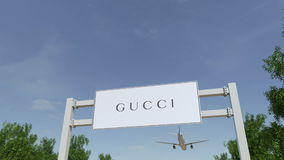 Aeroplano che sorvola il tabellone per le affissioni di pubblicità con il logo di Gucci 3D editoriale che rende clip 4K royalty illustrazione gratis