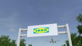 Aeroplano che sorvola il tabellone per le affissioni di pubblicità con il logo di Ikea 3D editoriale che rende clip 4K royalty illustrazione gratis