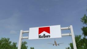 Aeroplano che sorvola il tabellone per le affissioni di pubblicità con il logo di Marlboro 3D editoriale che rende clip 4K illustrazione di stock