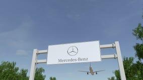 Aeroplano che sorvola il tabellone per le affissioni di pubblicità con il logo di Mercedes-Benz 3D editoriale che rende clip 4K video d archivio
