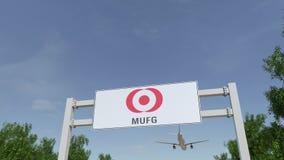 Aeroplano che sorvola il tabellone per le affissioni di pubblicità con il logo di MUFG 3D editoriale che rende clip 4K illustrazione di stock