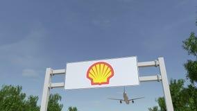 Aeroplano che sorvola il tabellone per le affissioni di pubblicità con il logo di Shell Oil Company 3D editoriale che rende clip  royalty illustrazione gratis