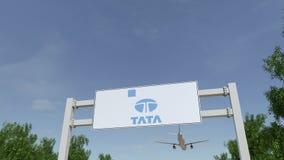 Aeroplano che sorvola il tabellone per le affissioni di pubblicità con il logo di Tata Group 3D editoriale che rende clip 4K illustrazione di stock