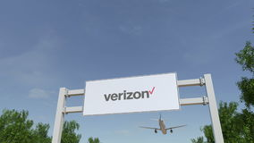 Aeroplano che sorvola il tabellone per le affissioni di pubblicità con il logo di Verizon Communications 3D editoriale che rende  video d archivio