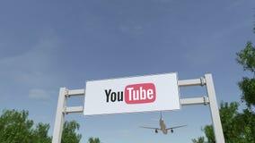 Aeroplano che sorvola il tabellone per le affissioni di pubblicità con il logo di YouTube 3D editoriale che rende clip 4K video d archivio