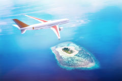 Aeroplano che sorvola le isole delle Maldive su Oceano Indiano Corsa Fotografie Stock