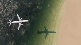 Aeroplano che sorvola spiaggia illustrazione vettoriale