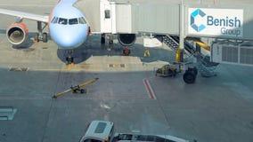 Aeroplano che sta dopo essere arrivato al bacino dell'aeroporto archivi video