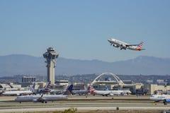 Aeroplano che vola su e giù di Los Angeles occupata Internationa fotografie stock
