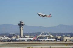 Aeroplano che vola su e giù di Los Angeles occupata Internationa fotografie stock libere da diritti