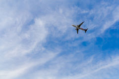 Aeroplano a cielo blu Immagini Stock