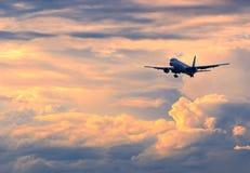 Aeroplano comercial del pasajero que viene adentro para aterrizar durante color Foto de archivo libre de regalías