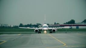 Aeroplano comercial que lleva en taxi en el aeropuerto internacional, vista delantera almacen de video