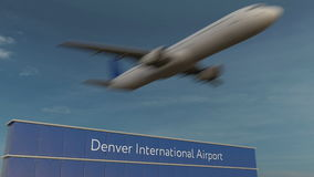 Aeroplano comercial que saca en la representación de Denver International Airport Editorial 3D imagenes de archivo