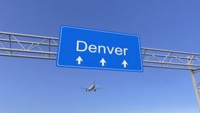 Aeroplano commerciale che arriva all'aeroporto di Denver Viaggiando alla rappresentazione concettuale 3D degli Stati Uniti fotografia stock libera da diritti