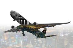 Aeroplano commerciale di doppia esposizione con il backgrou di paesaggio urbano della sfuocatura Fotografie Stock