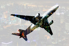 Aeroplano commerciale di doppia esposizione con il backgrou di paesaggio urbano della sfuocatura Fotografia Stock