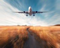 Aeroplano con efecto de la falta de definición de movimiento imagen de archivo libre de regalías