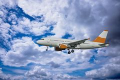 Aeroplano con el cielo dramático fotografía de archivo libre de regalías