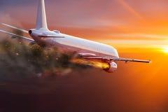 Aeroplano con el motor en el fuego, concepto de desastre aéreo foto de archivo