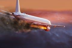 Aeroplano con el motor en el fuego, concepto de desastre aéreo fotos de archivo libres de regalías