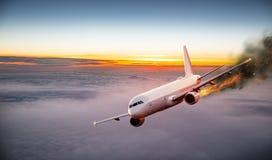 Aeroplano con el motor en el fuego, concepto de desastre aéreo foto de archivo libre de regalías