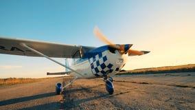 Aeroplano con el propulsor giratorio Avión de funcionamiento que se coloca en una pista antes de vuelo metrajes