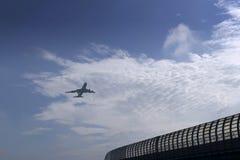 Aeroplano con il cielo nuvoloso Immagine Stock Libera da Diritti