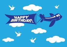 Aeroplano con l'insegna del messaggio di volo di compleanno. Immagini Stock Libere da Diritti