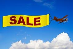 Aeroplano con la bandera de la venta imagen de archivo libre de regalías
